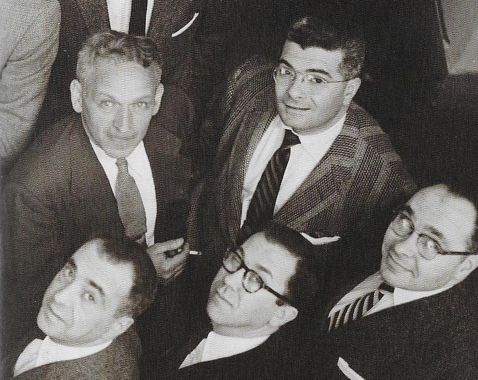 Une partie des anciens membres de l'Art Squad réunis autour de leur mentor Leon Friend, en 1960. En haut côte à côte, Friend et Steinweiss portant un audacieux costume rayé.